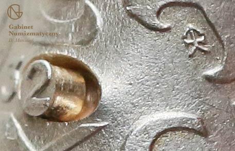 Zbliżenie na wypadający bolec z daty fałszerstwa 5 złotych 1932