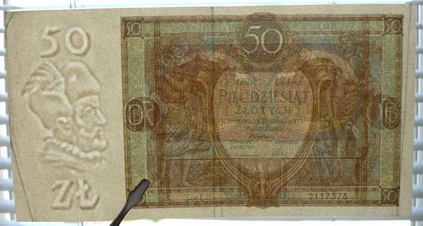 Banknot ze złamaniami widocznymi pod światło