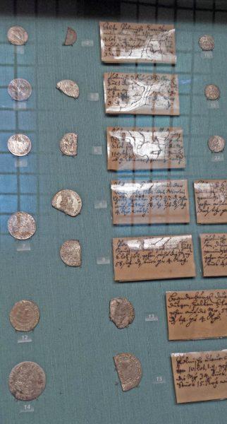 Gablota Gabinetu Numizmatycznego w Wiedniu z monetami po kontroli 1
