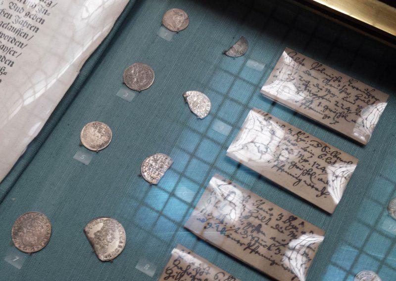 Gablota Gabinetu Numizmatycznego w Wiedniu z monetami po kontroli 5