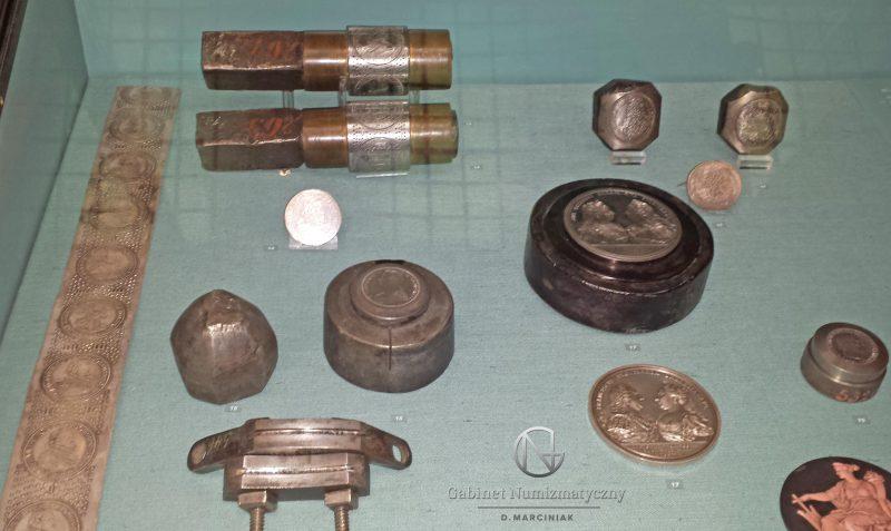 Narzędzia mennicze z wiedeńskiego muzeum w gablocie