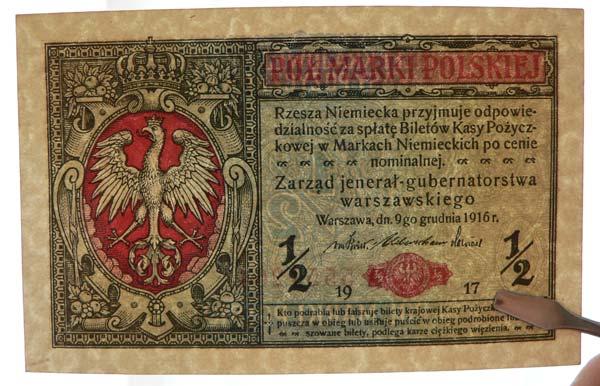 Nietypowe zgięcie banknotu biegnące poziomo widoczne pod światło