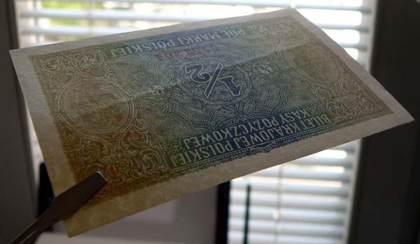 Nietypowe zgięcie banknotu biegnące poziomo