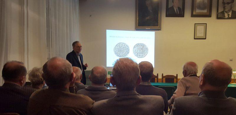 Profesor Suchodolski podczas wykładu w Polskim Towarzystwie Numizmatycznym