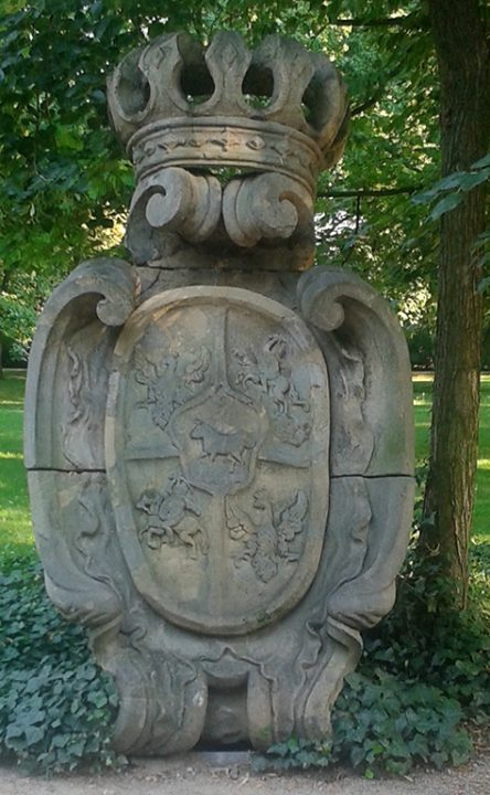 Rzeźba tarczy herbowej z czasów Poniatowskiego