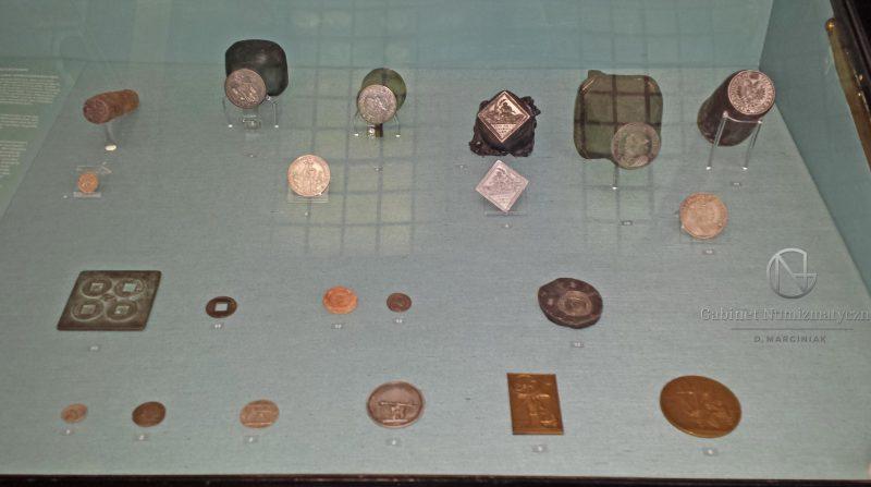 Stemple mennicze z wiedeńskiego muzeum w gablocie